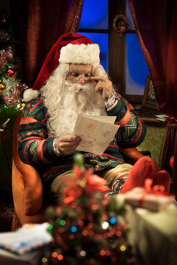 Santa Claus che si rilassa a casa immagini stock