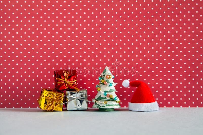 Santa Claus Christmas Happy New Year-Gru?karte Feiertagsplakat mit Sankt-Hutkästen des Geschenk- und Weihnachtskieferspielzeugs stockfotos