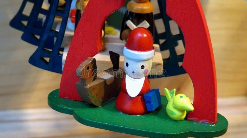 Santa Claus Christmas Tree Ornament di legno con i giocattoli immagine stock