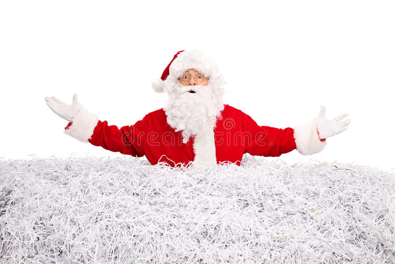 Santa Claus colou em uma pilha do papel shredded fotos de stock royalty free
