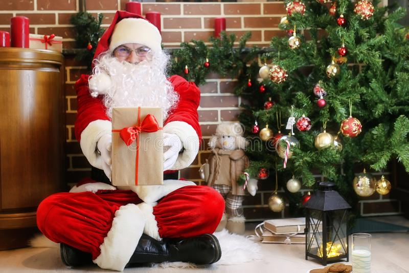 Santa Claus com a árvore de Natal dos presentes fotografia de stock royalty free
