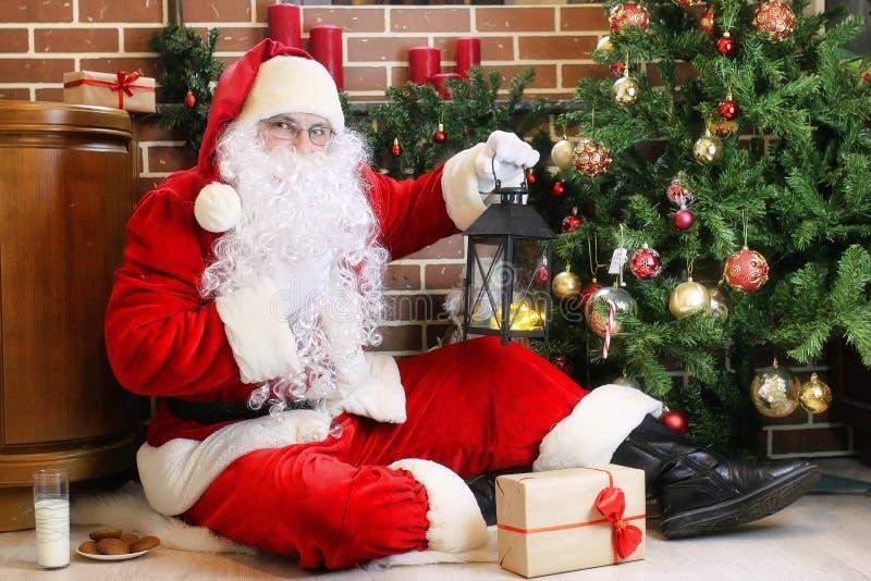 Santa Claus com a árvore de Natal dos presentes fotos de stock royalty free