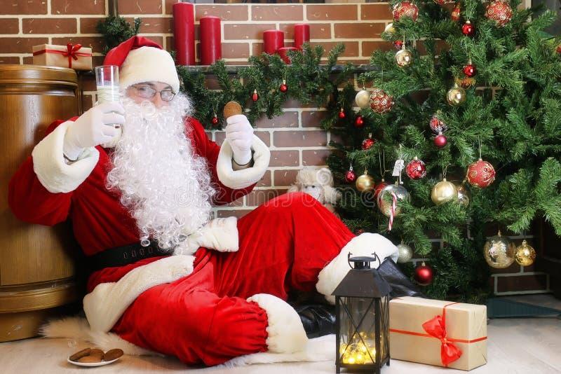 Santa Claus com a árvore de Natal dos presentes fotografia de stock