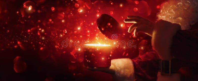 Santa Claus com caixa mágica imagens de stock