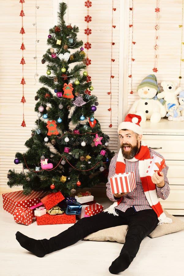 Santa Claus com a cara entusiasmado no departamento com boneco de neve do brinquedo fotografia de stock