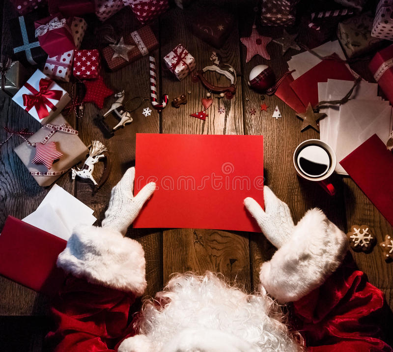 Santa Claus com cartão vermelho fotos de stock royalty free