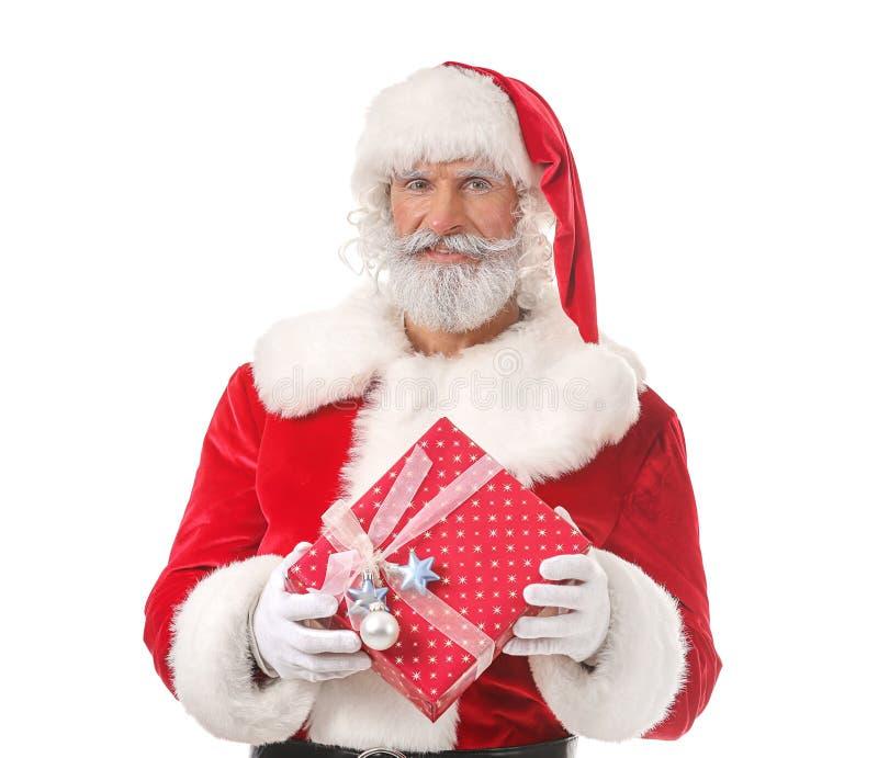 Santa Claus com o presente no fundo branco fotografia de stock