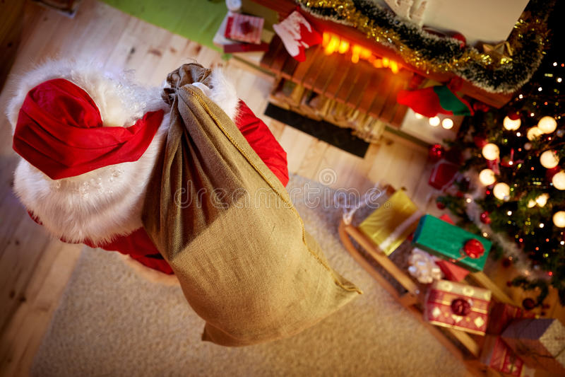 Santa Claus com o saco grande completo do presente de Natal fotografia de stock
