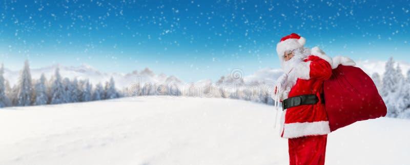 Santa Claus com paisagem alpina panorâmico do inverno imagem de stock