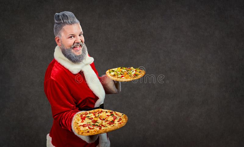 Santa Claus com pizza nas mãos foto de stock