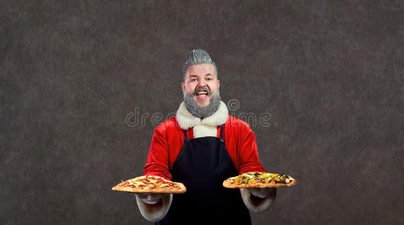 Santa Claus com pizza nas mãos imagens de stock