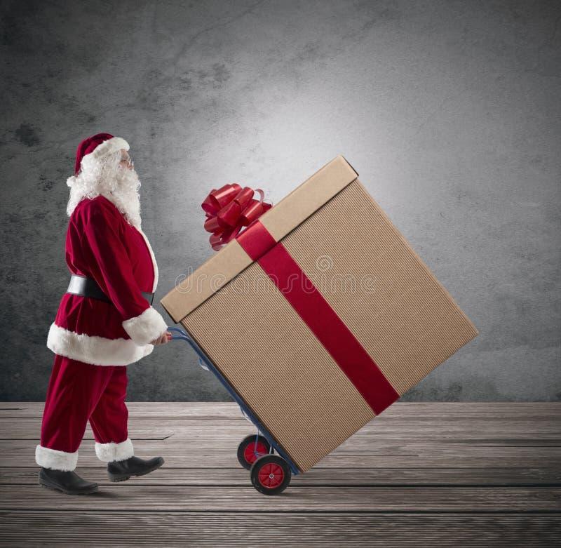 Santa Claus com presente de Natal grande foto de stock royalty free