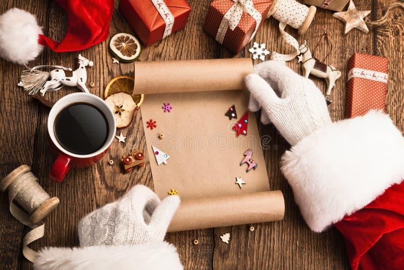 Santa Claus com presentes e lista de objetivos pretendidos imagem de stock