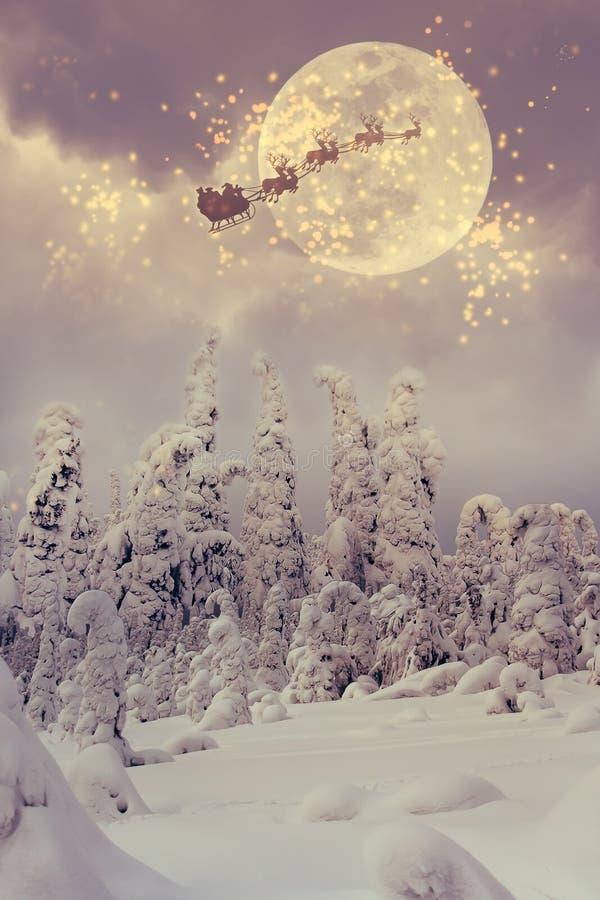 Santa Claus com voo da rena através do céu imagem de stock