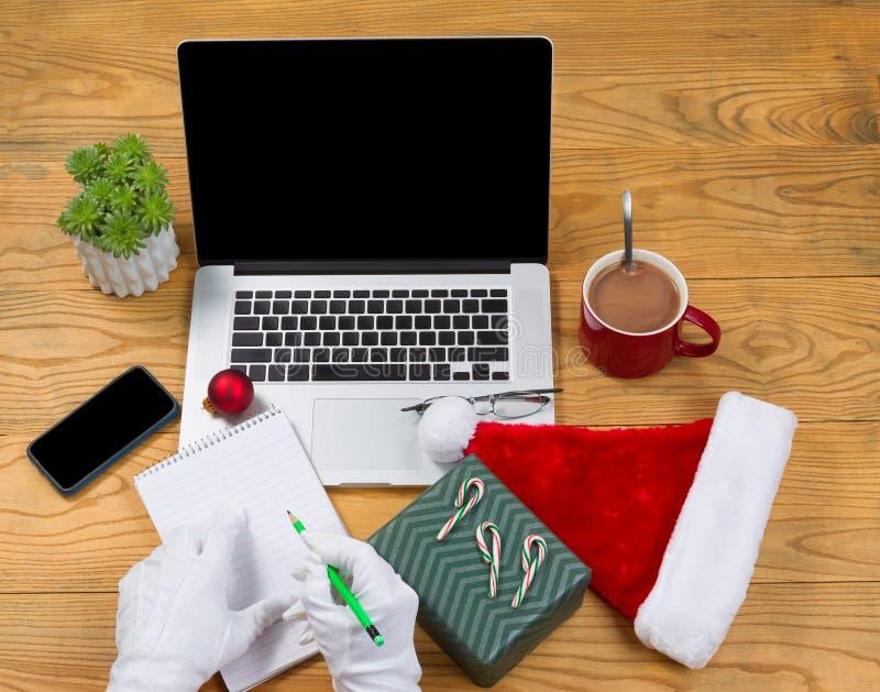 Santa Claus commençant sa liste de cadeau avant les vacances de Noël images libres de droits