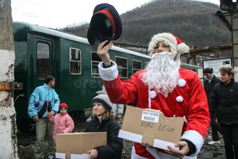 Santa Claus compartilha de doces aos turistas imagens de stock royalty free