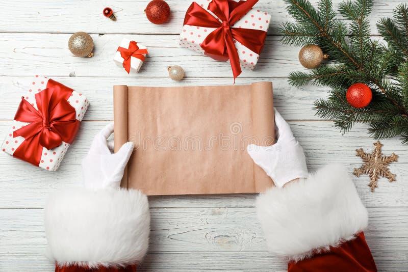 Santa Claus con el list d'envie vacío en la tabla, visión superior Celebración de la Navidad imagen de archivo