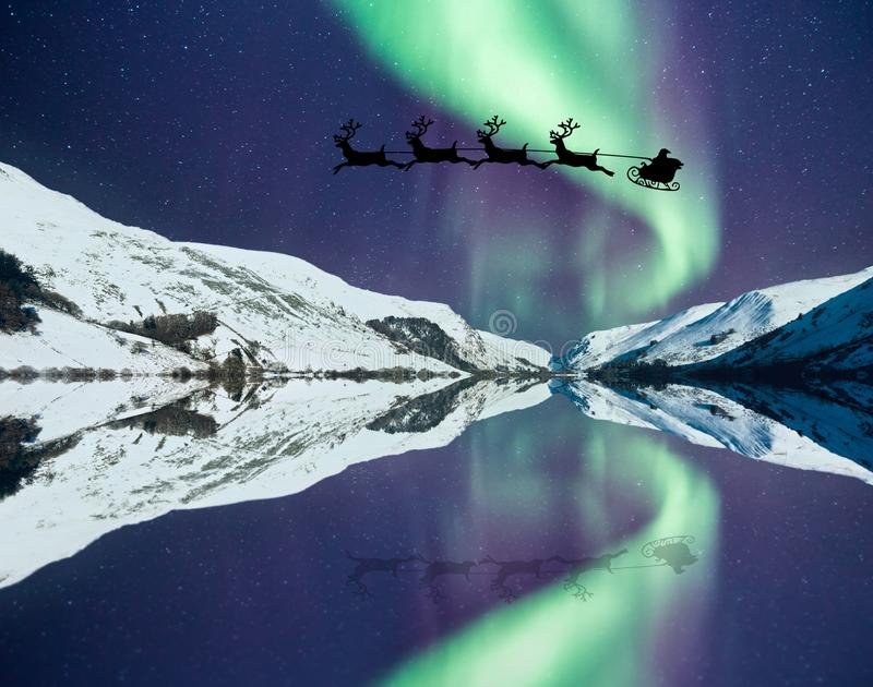 Santa Claus con el reno del vuelo foto de archivo libre de regalías