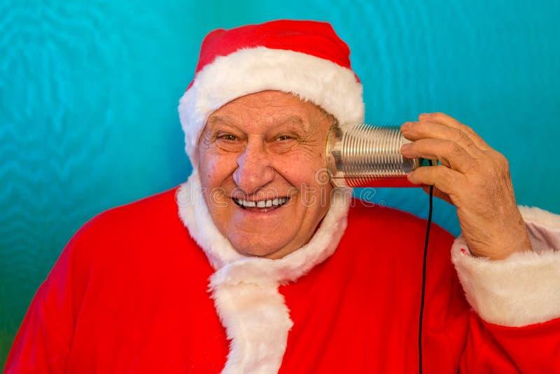 Santa Claus con el teléfono de la lata imagen de archivo