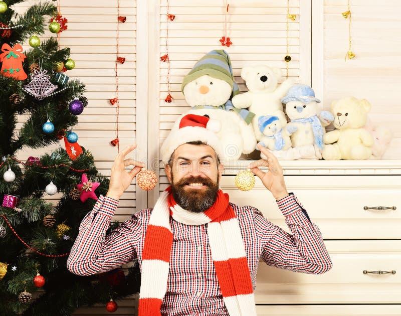 Santa Claus con il fronte felice dall'albero di Natale su fondo fotografia stock