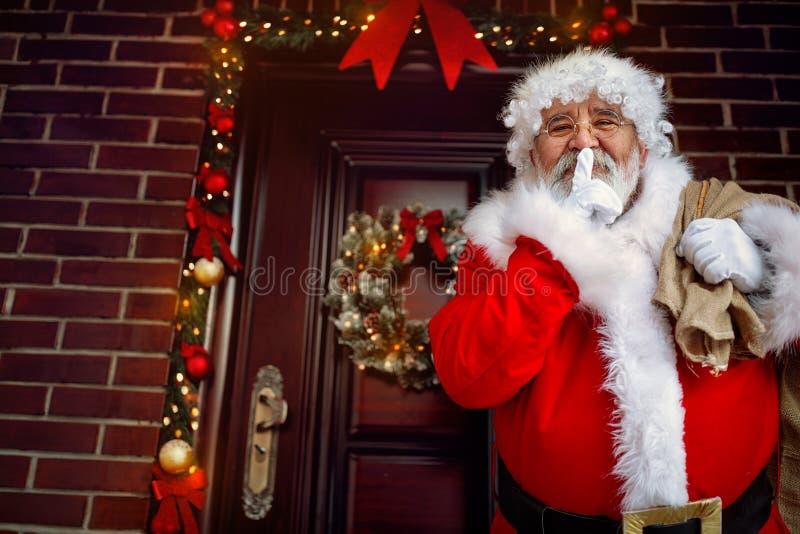 Santa Claus con la custodia del finger por su boca foto de archivo libre de regalías