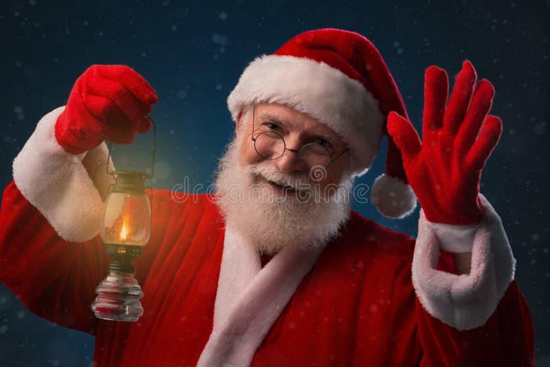 Santa Claus con la linterna imagenes de archivo