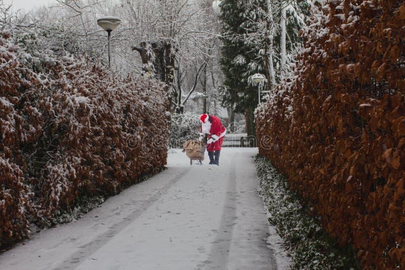 Santa Claus con la Navidad sorprende al aire libre Trineo con los regalos fotos de archivo libres de regalías