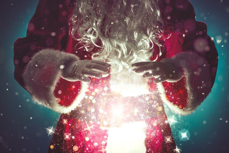 Santa Claus con le luci di Natale magiche immagine stock