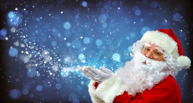 Santa Claus con luce magica in sue mani fotografie stock