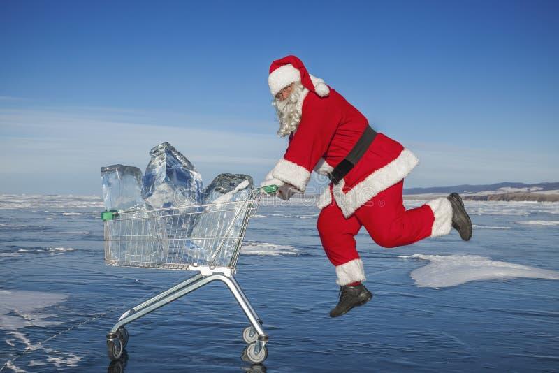 Santa Claus con un carrello di ghiaccio puro nel lago Baikal di inverno immagini stock libere da diritti