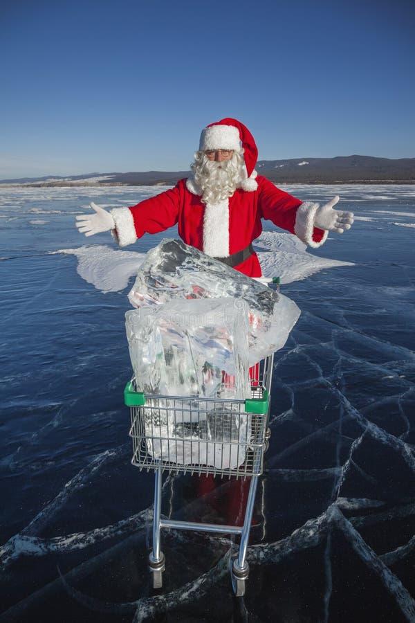Santa Claus con un carrello di ghiaccio puro nel lago Baikal di inverno fotografie stock
