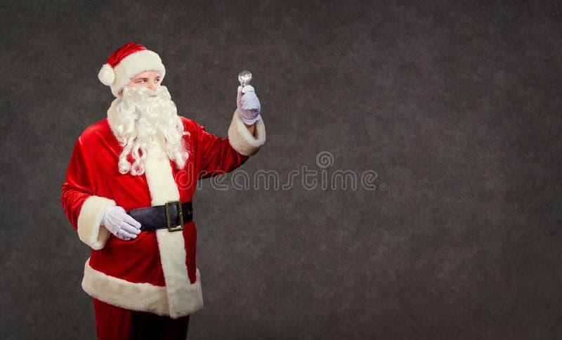 Santa Claus con una lámpara en una Navidad imagen de archivo libre de regalías