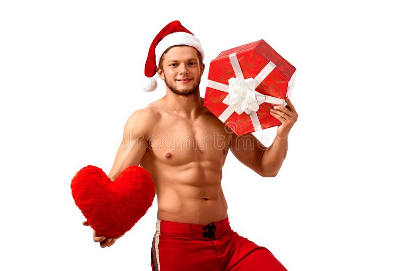 Santa Claus considerável que guarda o coração e um presente fotos de stock