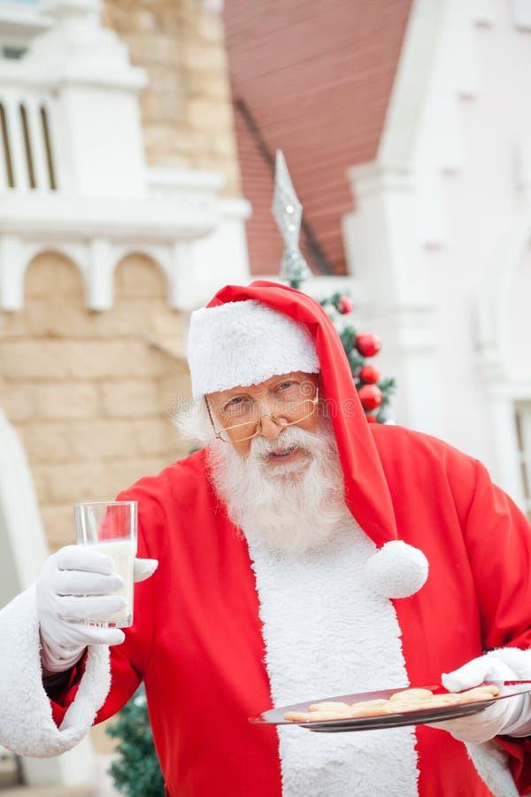 Santa Claus With Cookies And Milk immagini stock libere da diritti