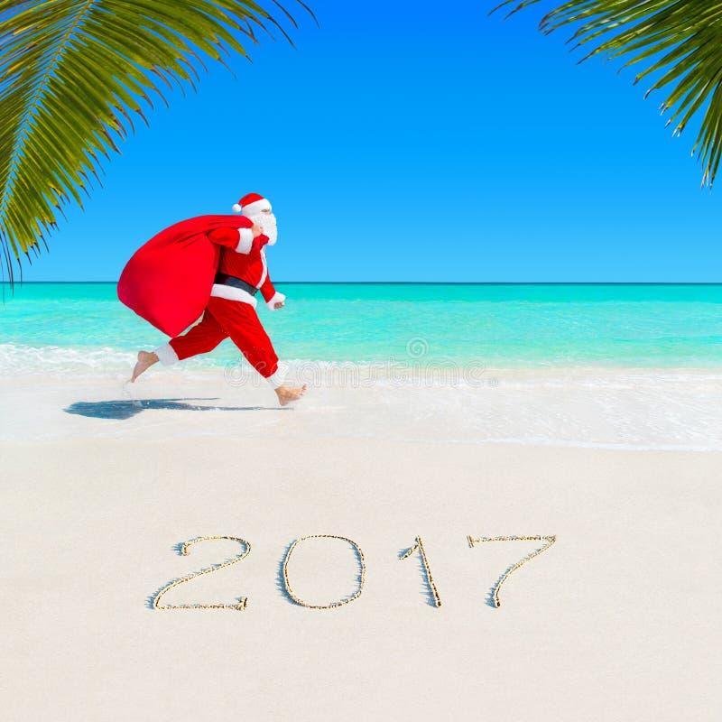 Santa Claus corre em Palm Beach 2017 com saco do Natal fotos de stock
