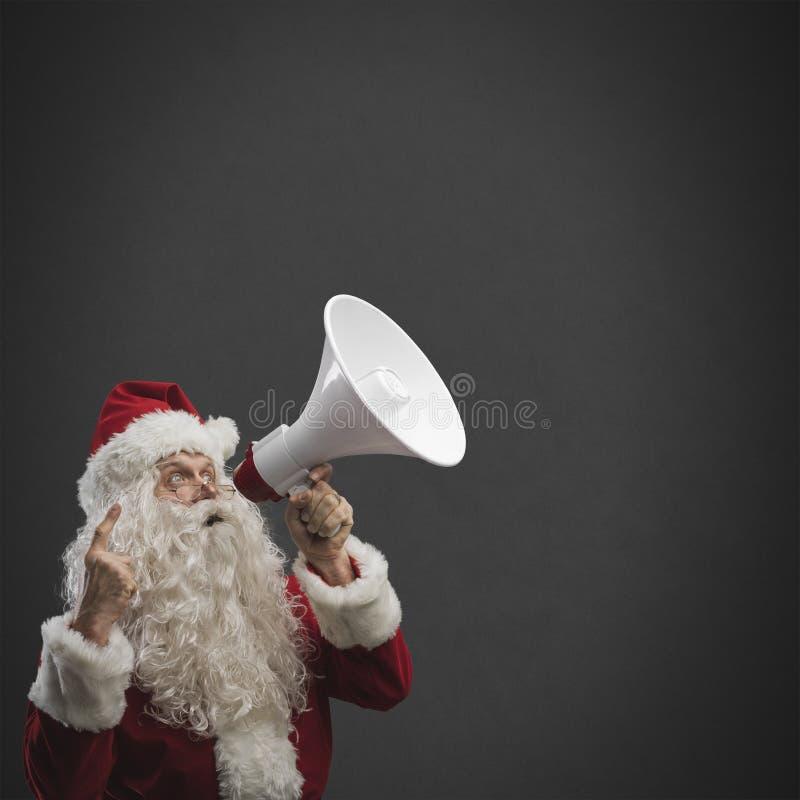 Santa Claus criant avec un mégaphone photos libres de droits
