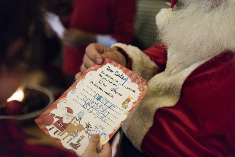 Santa Claus czytania dzieciaka wishlist obrazy stock