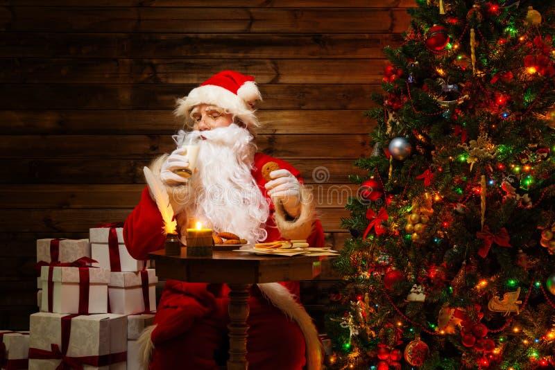 Santa Claus dans l'intérieur à la maison en bois photo libre de droits