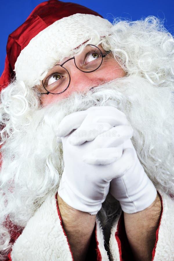 Santa Claus dans la prière de nuit de Noël photos stock