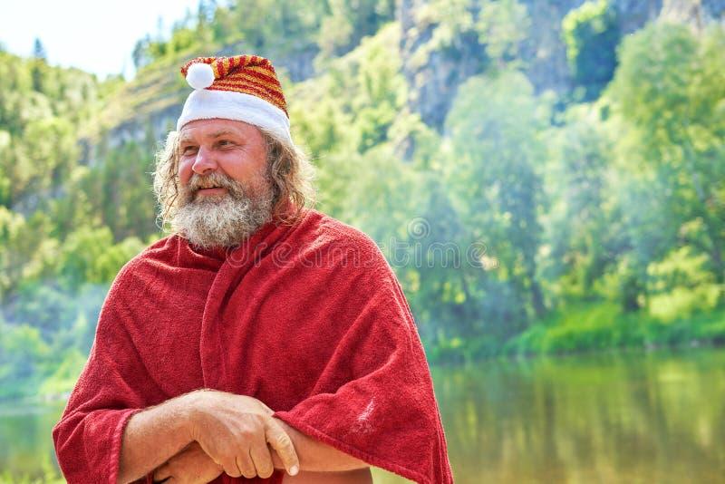 Santa Claus dans un chapeau avec une barbe Portrait un jour d'été, plan rapproché photo stock