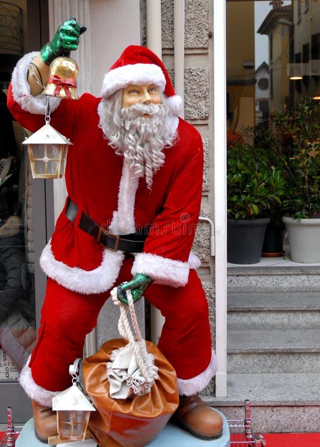 Santa Claus dans une rue caractéristique de la vieille ville de Crema dans la province de Crémone en Lombardie (Italie) images stock