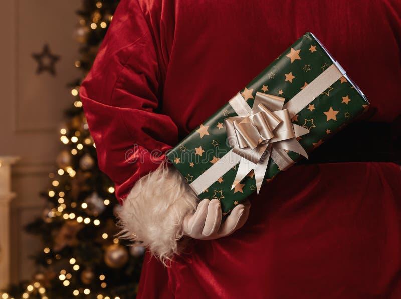 Santa Claus-de gift van holdingskerstmis stock fotografie
