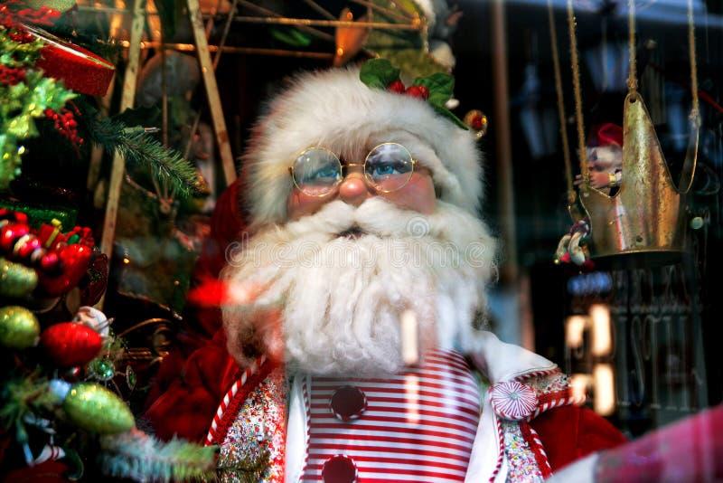 Santa Claus, de Kerstboom en het speelgoed bij een Kerstmisherinnering brengen in de war royalty-vrije stock foto's