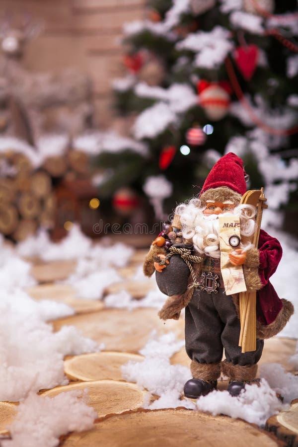 Santa Claus decorativa nos monóculos que estão em cotoes segue foto de stock