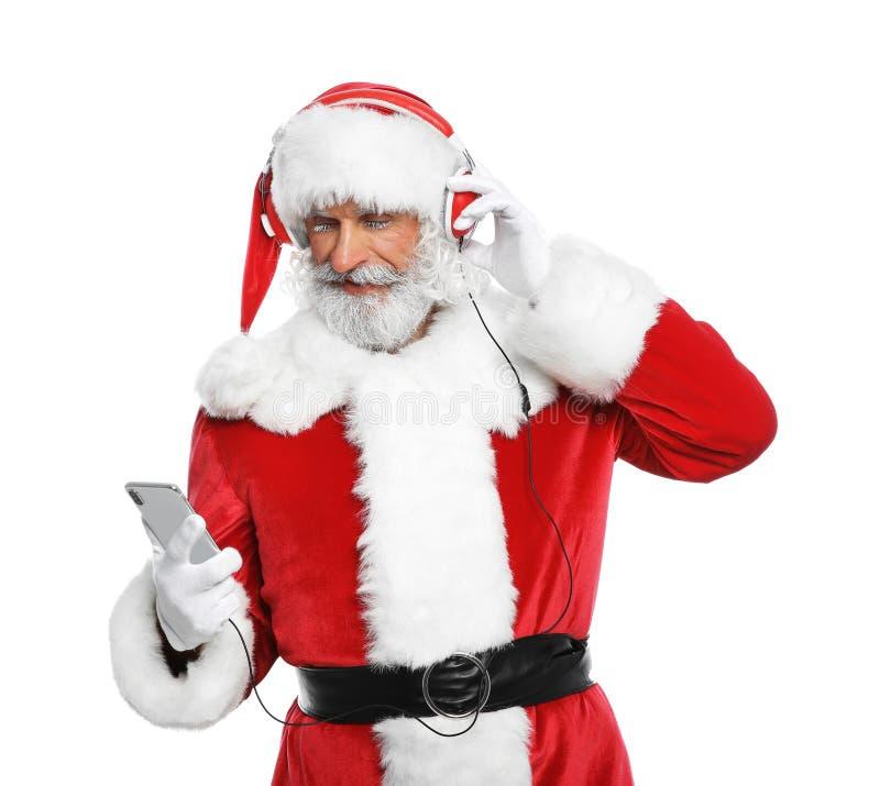 Santa Claus die aan de witte achtergrond van de Kerstmismuziek luisteren royalty-vrije stock afbeeldingen