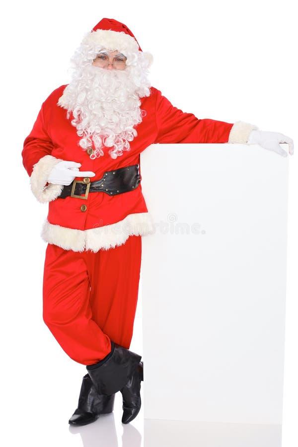 Santa Claus, die auf leere weiße Wand, Anzeigenfahne mit Kopienraum zeigt Auf weißem Hintergrund voll lizenzfreie stockbilder