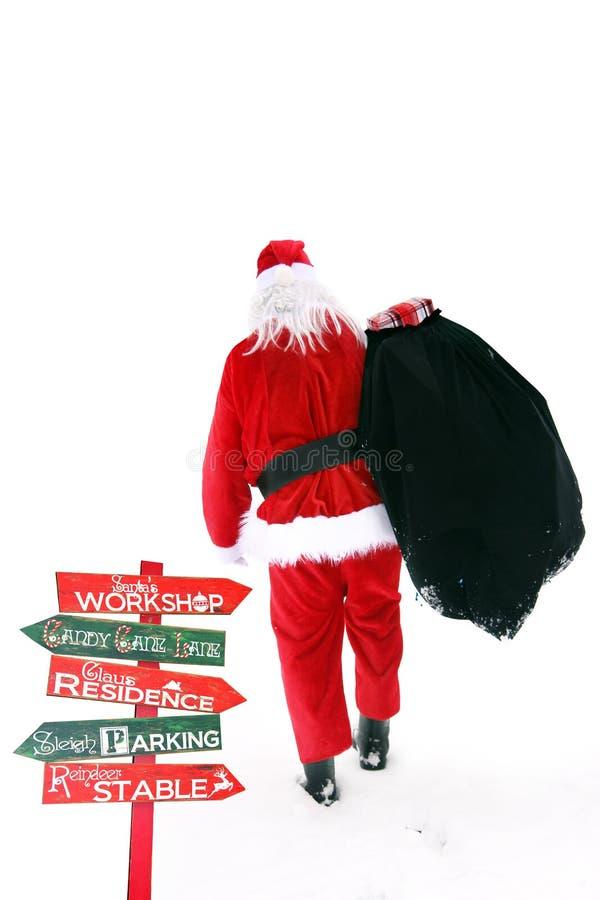 Santa Claus die in de sneeuw lopen royalty-vrije stock afbeeldingen