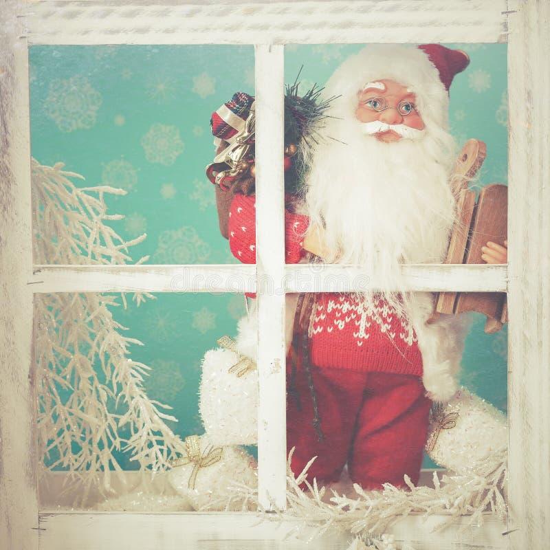 Santa Claus die door een bevroren venster kijken royalty-vrije stock afbeeldingen