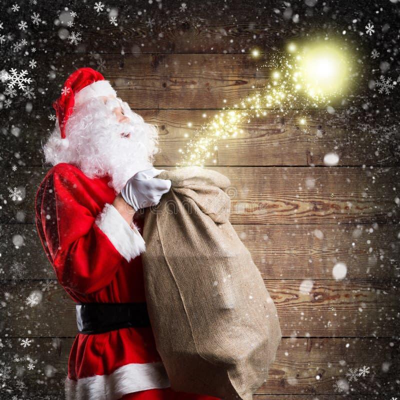 Santa Claus, die glücklich etwas Weihnachtsmagie freigibt stockbild