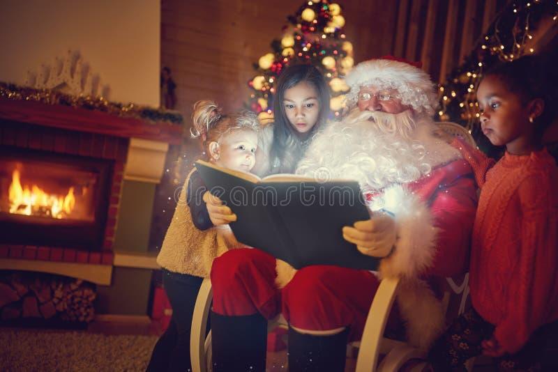Santa Claus die magisch Kerstmissprookje lezen stock fotografie
